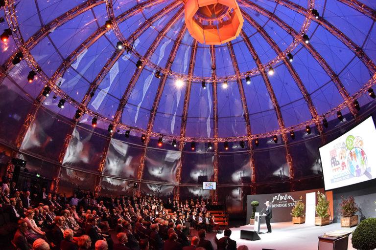 Gasometer (innen) des Zukunftsortes EUREF-Campus in Berlin-Schöneberg während einer Abendveranstaltung
