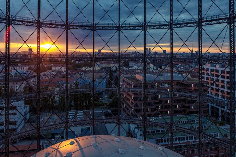 Das Gasometer des Zukunftsortes EUREF-Campus in Berlin-Schöneberg bei Sonnenuntergang