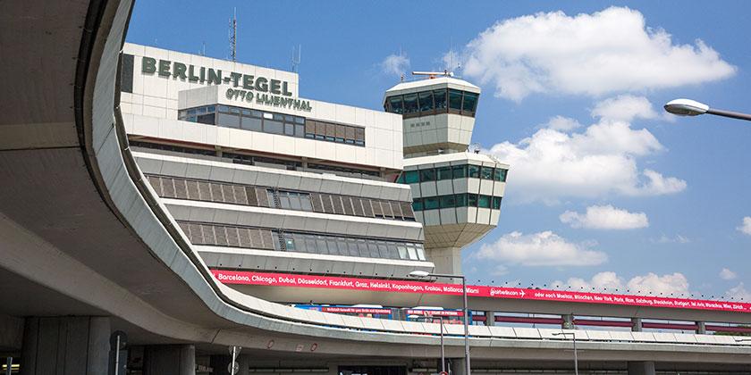 Zukunftsort TXL/Tegel: Der Tower und ein Teil des Hauptgebäudes des Flughafens Otto Lilienthal in Berlin-Tegel.