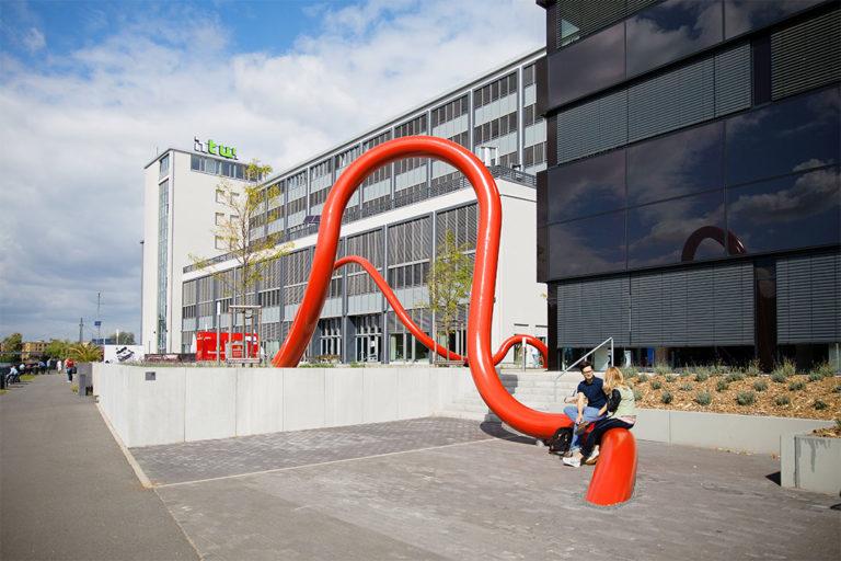 Kunst am Bau, im Hintergrund die Gebäude G und H auf dem Campus der Hochschule für Technik und Wirtschaft in Oberschöneweide.