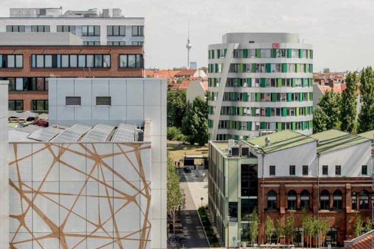 EUREF Campus mit dem Gebäude der Deutschen Bahn im Hintergrund